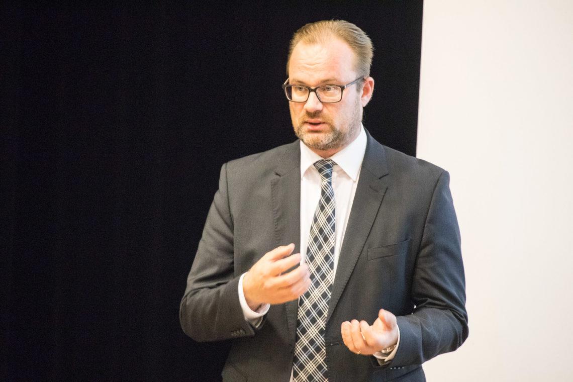 Kaupunginjohtaja Jarkko Malmberg toi esille mahdollisuuden uimahallin rakennuttamisesta konserniyhtiön voimin.