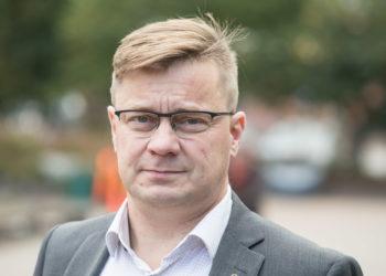 Pertti Hakanen kysyy, onko suomalaisilla varaa kustantaa viisi kertaa suuremmat kaupan tilat kuin mitä keskimäärin Euroopan maissa on. Suomalaisten kauppojen pinta-alan pitäisi riittää 25 miljoonaa kuluttajaa varten.