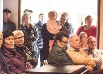 Riippusillan kohtalo on yhdistynyt monien mielessä koko Keikyän tulevaisuuteen. Siltatilaisuuteen saapuikin niin paljon keikyäläisiä, että osa joutui kuuntelemaan keskustelua aulan puolelta.