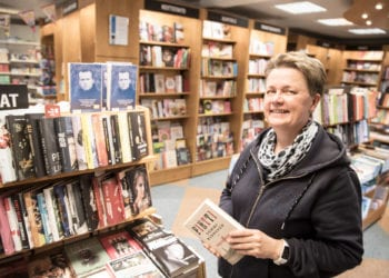 Kirjakauppias Sirkka-Liisa Leino myy kirjoja ennen muuta sastamalalaisille, mutta Tyrvään kirjakaupan kirjoja matkaa ympäri maailman aina Kiinaan ja Japaniin asti.