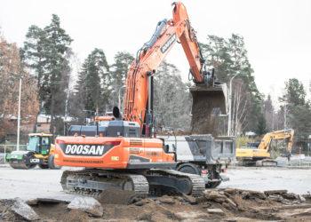 Varilan koulun kenttää kaivettiin maanantaina auki kahden kaivurin voimin.