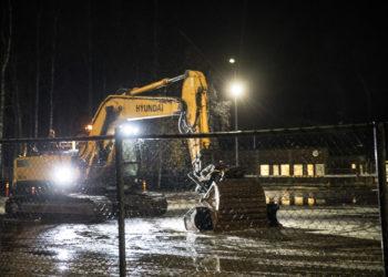 Kaivinkone laitettiin lämpiämään keskiviikkoaamuna kello seitsemän jälkeen. Rakennustyömaan alue on eristetty verkkoaidalla.