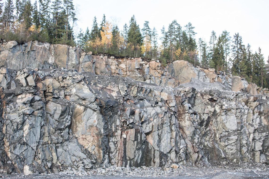 Läänin kuljetus haluaa louhia runsaan viiden hehtaarin alueelta vielä 380000 kiintokuutiota kalliota. Maan pinta laskee kymmenisen metriä.