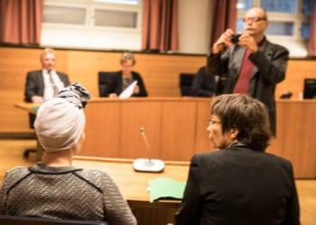 Taposta tuomittu mutta rangaistuksetta jäävä nainen ja hänen puolustusasianajajanaan toiminut asianajana Riitta Laakso oikeudenkäynnissä.