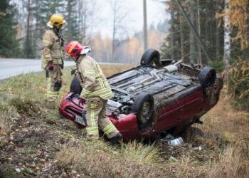 Palomiehet varmistivat, että auton nesteet eivät valu ulos ja merkitsivät auton pelastuslaitoksen muovinauhoin.