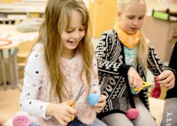 Jonglöörauspallojen tekeminen oli tosi kivaa ainakin Minella Lehtosesta ja Elisa Syrjälästä. Tytöt touhusivat Toukolan koulussa Kiikoisissa.