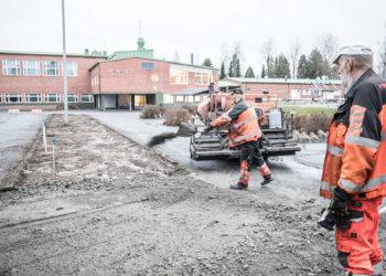 Äetsän koulun väliaikaisten koulurakennusten pohjaksi tarvitaan asfalttia. Soraa lapioi Hari Virta ja työn tulosta arvioi Pirkanmaan Asfaltin yrittäjä Jukka Irri.