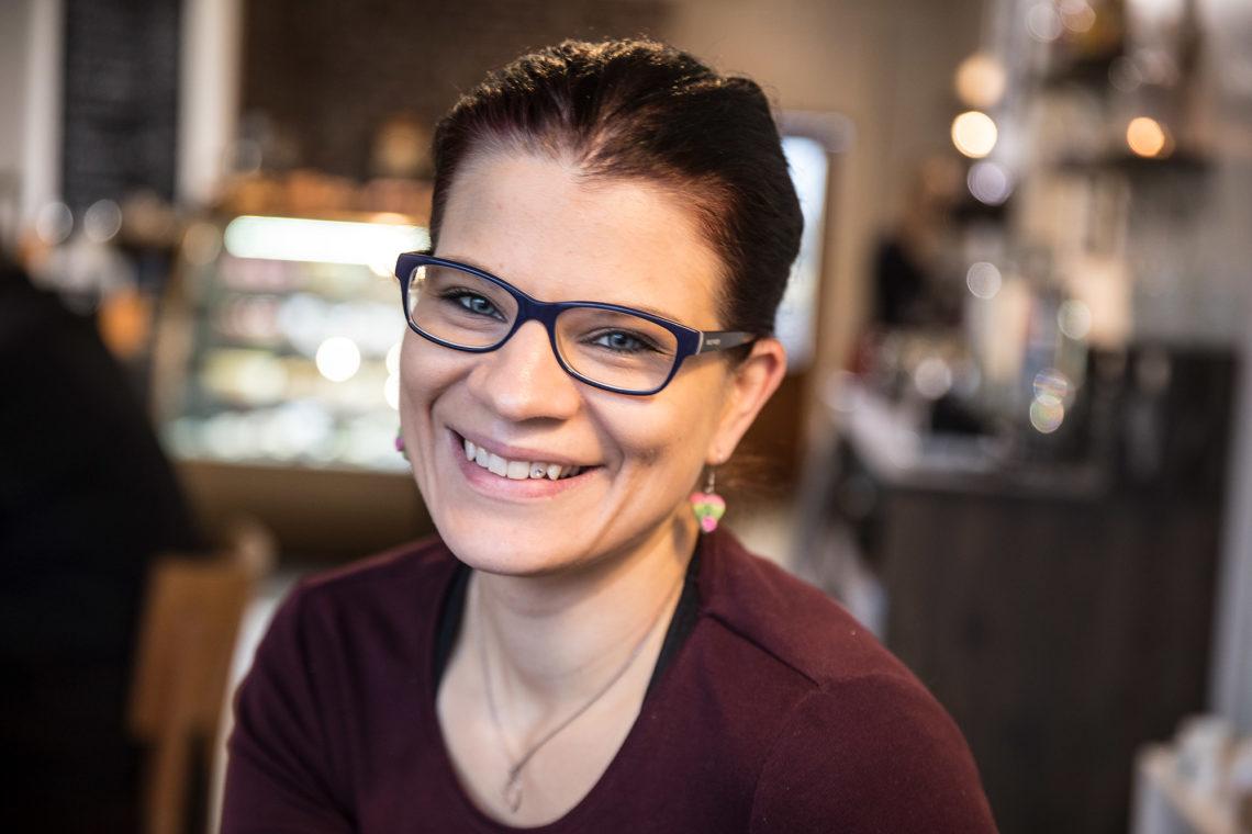Leena Finska luotsaa  kahvilaa vankasti asiakkaiden toiveiden viitoittamaan suuntaan.