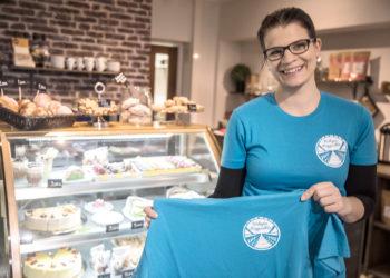 Talkoilla myytäviä riippusiltapaitoja on nyt kaupan myös Café Ernomanessa Vammalassa.