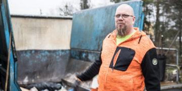 Asemanhoitaja Mika Hakala haluaa jäteaseman pysyvän järjestyksessä. Kun järjestys säilyy, kaikki ohjautuu helpommin kerralla oikeaan paikkaan.