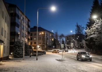 Kadut ovat muuttuneet valkoisiksi. Seuraavaksi odotetaan lumisateita ja aurauskalustoa pitämään kadut ja tiet ajokelpoisina.