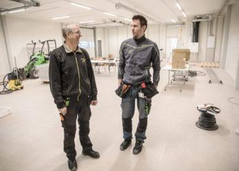 Yrittäjä Esko Lehto ja yrityksen sähkötöiden johtaja Lauri Lehto ovat tyytyväisiä vuodenvaihteessa käyttöön otettaviin uusiin toimitiloihin. Kuvaa saa suurennettua napsauttamalla sitä.
