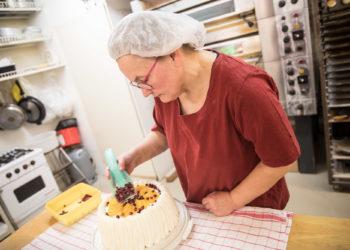 Leipuri-kondiittori Kirsi Jokiranta leipoo asiakkaan tilauksen mukaan. Kukin saa toivomansa koristelun kakkuunsa.