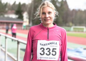 Vammalan Seudun Voiman puheenjohtaja Minna Haka-Risku voitti jälleen nuorempansa Rautaveden puolimaratonilla.
