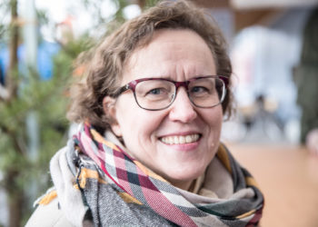 Suodenniemellä vapaa-ajanasunnon omistava Liikenneturvan toimitusjohtaja Anna-Liisa Tarvainen kehottaa ottamaan hirvivaroitusmerkit todesta varsinkin marraskuussa.