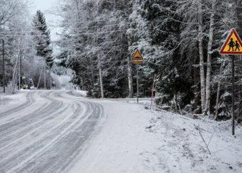 Kalliolouhokselta tuovan Huhtaniituntien ja Tyrväänkyläntien risteyksestä on matkaa koululle vain sata metriä. Liittymä on parikymmentä metriä lapsista varoittavan liikennemerkin jälkeen.