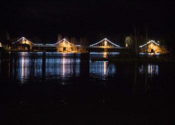Riippusilta jokeen peilautuvine valoineen on yli 200 metriä pitkä valotaideteos. Keltaista valoa antavat katuvalot ja valkoista 2000 lediä. Saat suurennettua kuvan napauttamalla sitä.