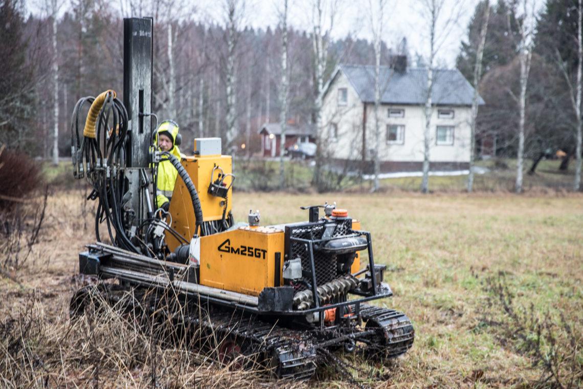 Maaperätutkimuksia hoivakodin tontilla tehtiin syksyllä viime vuonna. Työn touhussa kairaaja Timo Suuronen.