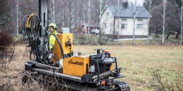 Maaperätutkimukset hoivayksikön tontilla Mouhijärventien pohjoispuolella alkoivat maanantaiaamuna. Työn touhussa kairaaja Timo Suuronen.