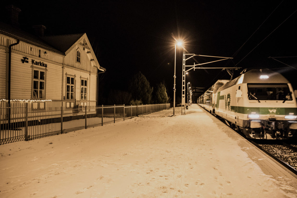 Osakeyhtiö Rakentaja toimi rautatieaseman ja järven välissä.