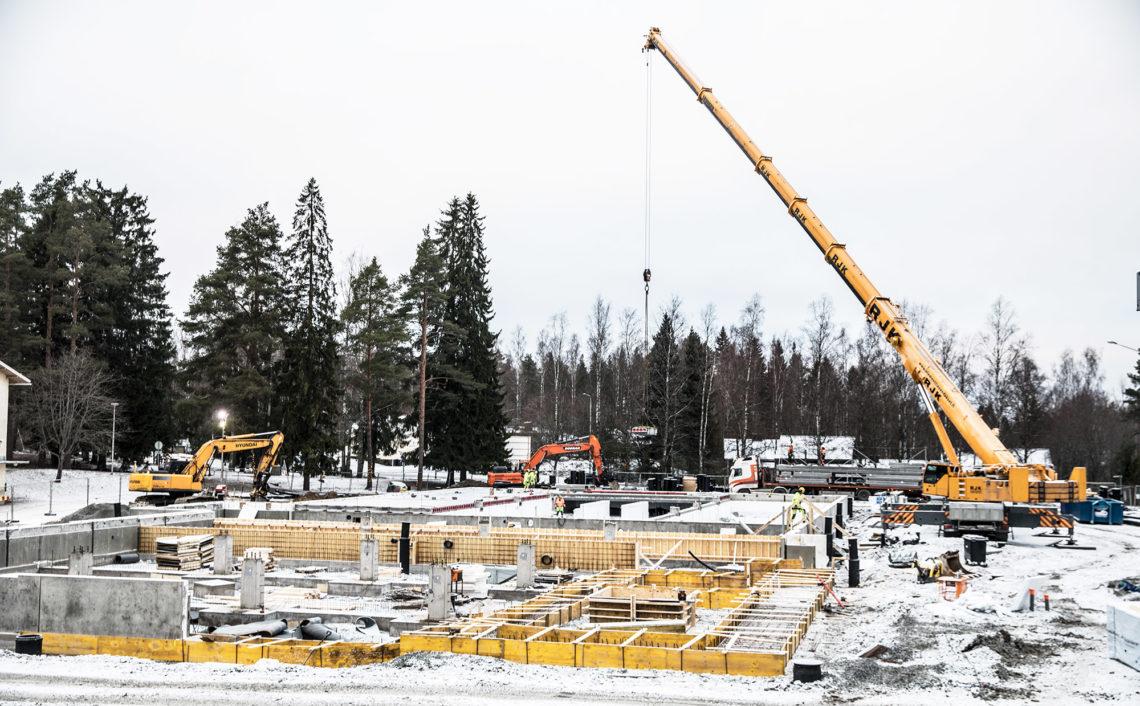 Koulu rakentuu lähelle Narvantietä, mutta huomattavasti kauemmas Kontionkadusta kuin koulun jälkeen tehtävä liikuntahalli.