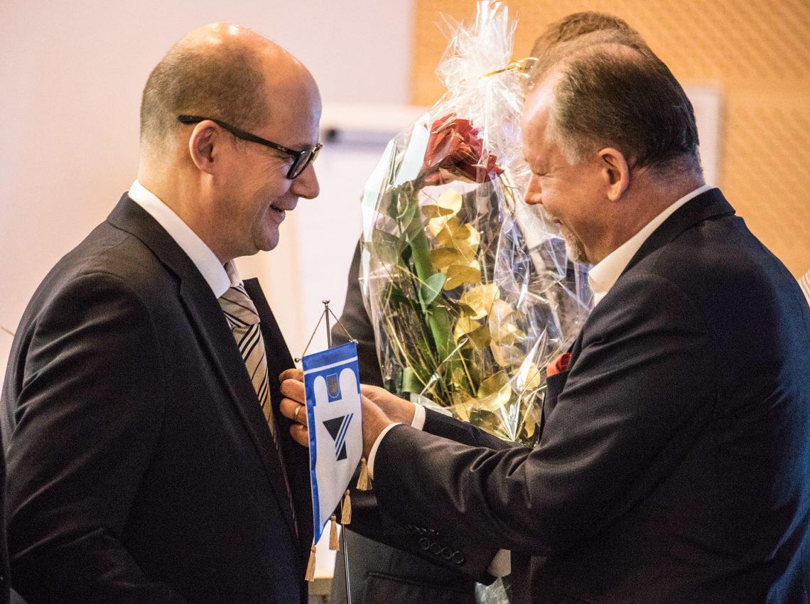 Timo Hietanen on Vammalan vuoden yrittäjä. Rintamerkin kiinnitti Pirkanmaan yrittäjien varapuheenjohtaja Jukka Pusa.