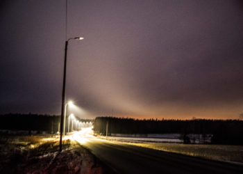 Osa lampuista paloi jo tiistai-iltana ja valaisi valtatien hämmästyttävän valoisaksi. Osa lampuista ei kuitenkaan syty ennen kevättä.