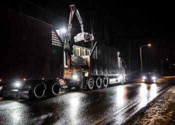Perävaunun purulaskia purettiin yön pimeydessä liikenteen soljuessa ohi.