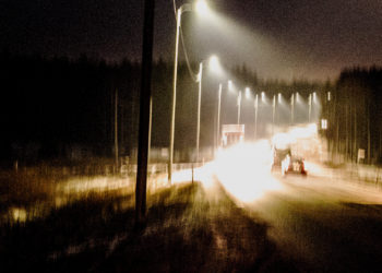 Päälle saadut tievalot ovat niin voimakkaat, että valokuvassa autot sulautuvat valovirtaan.