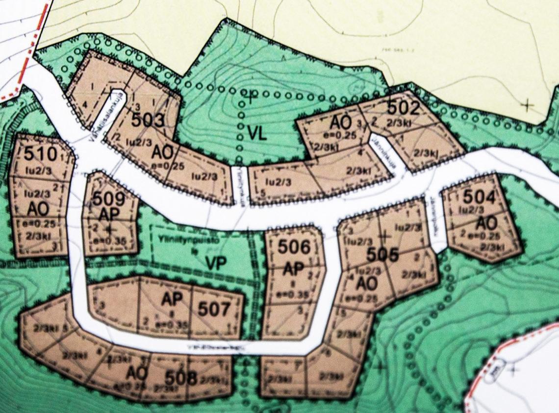 Kaikki varatut tontit sijaitsevat aluetta halkovan kadun eteläpuolella.