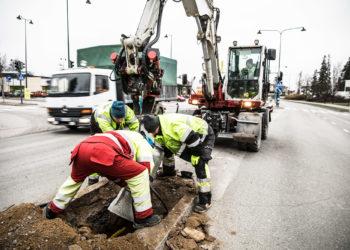 Veran Ahti Roiha sekä kaupungin Tero Kollin ja Ashton Peasley asensivat uutta jalustaa liikennevalopylväälle. Kaivurin ohjaimissa oli Kai Kulonpää.