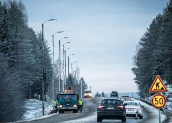 Kärppälän ja Mason risteysten molemmin puolin kulkevan ohituskaistan Tampereen puoleisessa päässä pylväät ja lamput saatiin paikoilleen tiistaina kymmenen jälkeen.