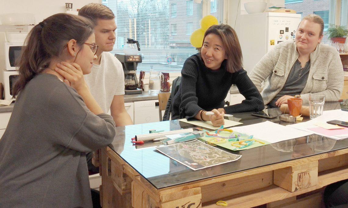 Kansainvälisen opiskelijatiimin jäsenet Alba Vazquez Lopez, Antti Kinnunen, Mina Lim ja Samuli Silin ideoimassa.  (Kuva: Sastamalan kaupunki)