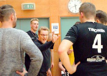 Valmentaja Aarni Alanen ohjeistaa joukkuettaan. Aikalisien aikana ei hiljaisia hetkiä ollut.