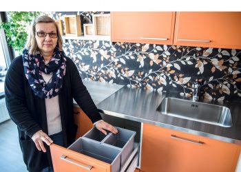 Seija Hirvikoski on Sydänkalusteen pääsuunnittelija. Joskus pienetkin ideat ovat isoja. Esimerkiksi se, että roska-astiat eivät olekaan tiskialtaiden alla. Uudessa keittiössä työskentely on monin tavoin juohevampaa kuin muutama vuosikymmen sitten tehdyssä.