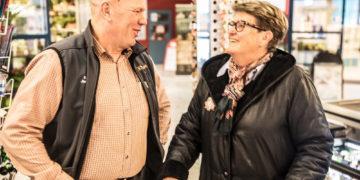 Kauppias Jari Hotanen löysi Berit Aholalle Keskon tuoreimman lehden ja vaihtoi kuulumiset.
