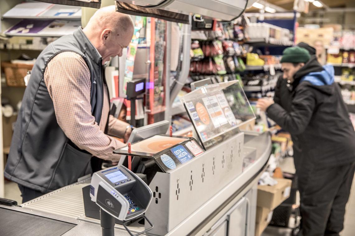 Kauppias Jari Hotanen K-market Häijään kassalla.