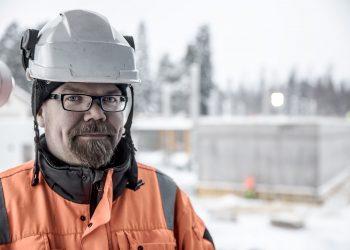 Toimitusjohtaja Jari Viitanen on lämpöyhtiön ainut työntekijä. Monet työt yhtiö teettää muilla yrityksillä, mutta tiukan paikan tullen toimitusjohtaja hitsaa vaikka itse. Taustalla on Varilan uuden koulun työmaa. Koulu on lämpöyhtiön suurin tiedossa oleva uusi asiakas tänä vuonna.