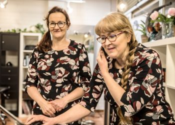 Välillä päätteelle on jopa ruuhkaa. Marika Kimpanpää kirjaa uutta varausta ja Merja Inkinen odottaa mahdollisuutta antaa asiakkaan maksusta kuitin.