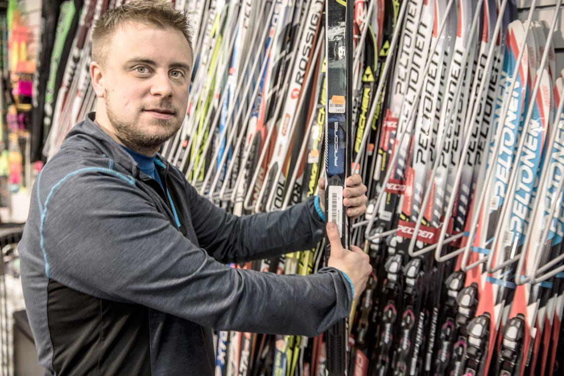 Kauppias Klaus Hiirijoki kävi ensimmäisen kerran hiihtokisoissa jo kaksivuotiaana. Ampumahiihdosta hänellä on useita piirinmestaruuksiaa.