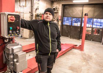 Nokian Urheiluautoilijoiden ralli- ja jokkiskuljettaja Sami Heino avaa uuden autokorjaamon maanantaina Häijäässä.