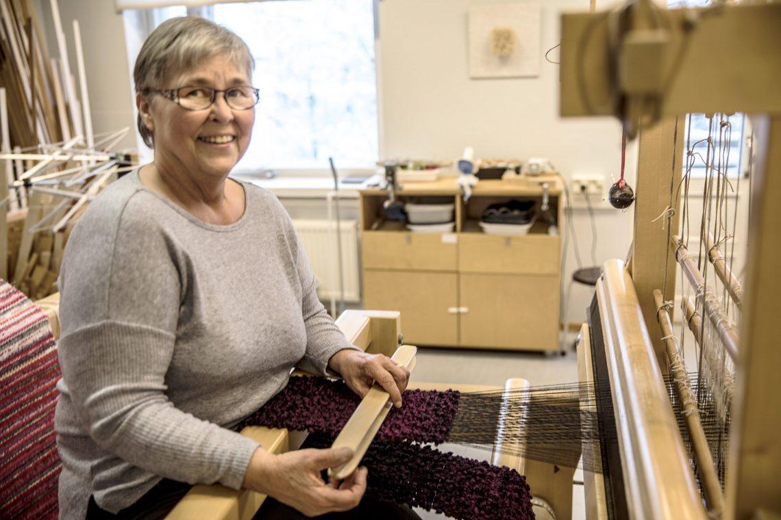 Kädentaidon harrastaja Seija Liukko-Sipi kutoi käsityölauantaina pampulahuivia puuvillalangasta kampapuuvillaloimeen. Kankaassa käytetään palttinasidosta. Seija Liukko-Sipi käyttää päivän viikossa Taitokeskuksessa.