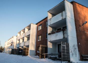 Kaupungin vuokrataloyhtiön vuokratalo Pehulan Ojakat u 4:ssä on nyksi taloista, jotka kaipaisivat kiireistä ikkunaremonttia.