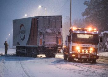 Valtatie 12:lla vasemmanpuoleiseen ojaan suistunut rekka saatiin takaisin tielle kello 16:n jälkeen ja 16.25 hinattua pois muun liikenteen tieltä.