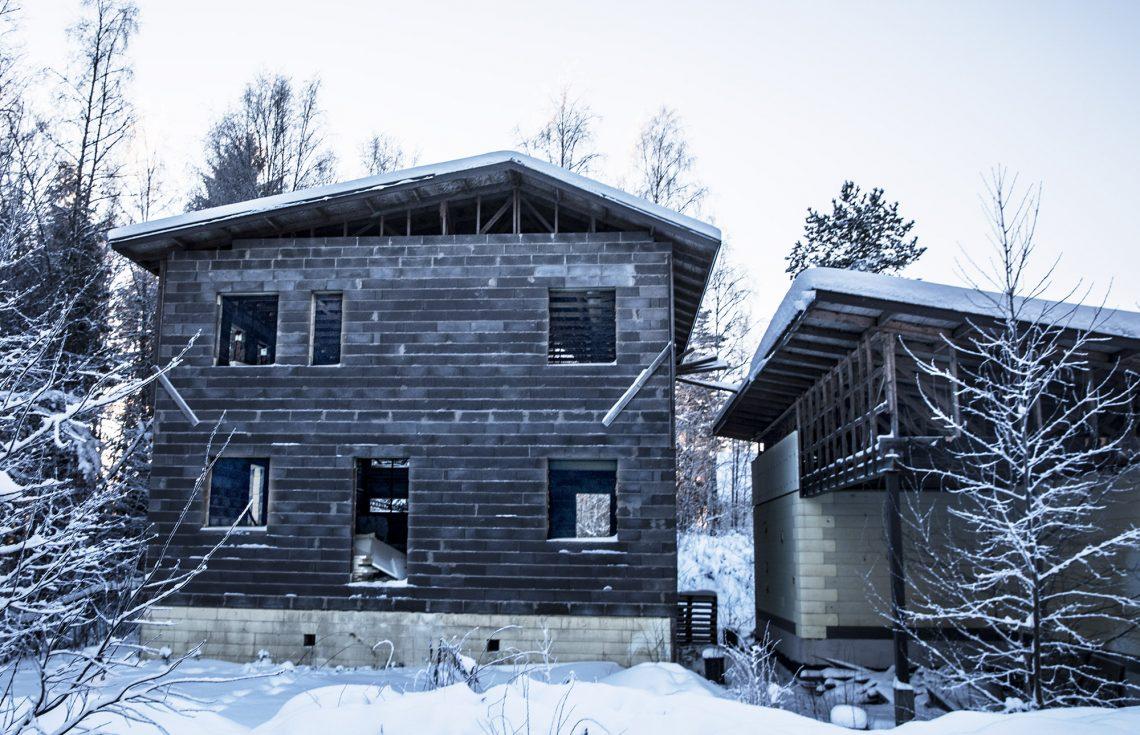 Rakennustyömaat ovat vaarallisia paikkoja varsinkin lapsille ja nuorille. Siksi niiden on hyvä valmistua ajallaan. (aihekuva)