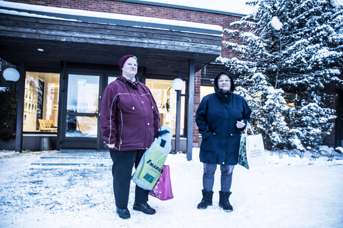 Marita Pohja-Sato ja Anja Säiniö ovat Keikyän uimahallin säännöllisiä asiakkaita. (arkistokuva)