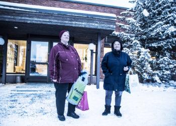 Marita Pohja-Sato ja Anja Säiniö ovat Keikyän uimahallin säännöllisiä asiakkaita. Torstaina he poistuivat hallista surullisina ja epätietoisina. Hallissa oli kerrottu, että hallin sulkemisesta annetaan tuomio lähipäivinä.