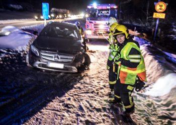 Palomiehet vetivät paloauton vinssin vaijeria suoraksi. Sitä oli tarvittu, jotta yksi vaurioituneista autoista saatiin pois tieltä.