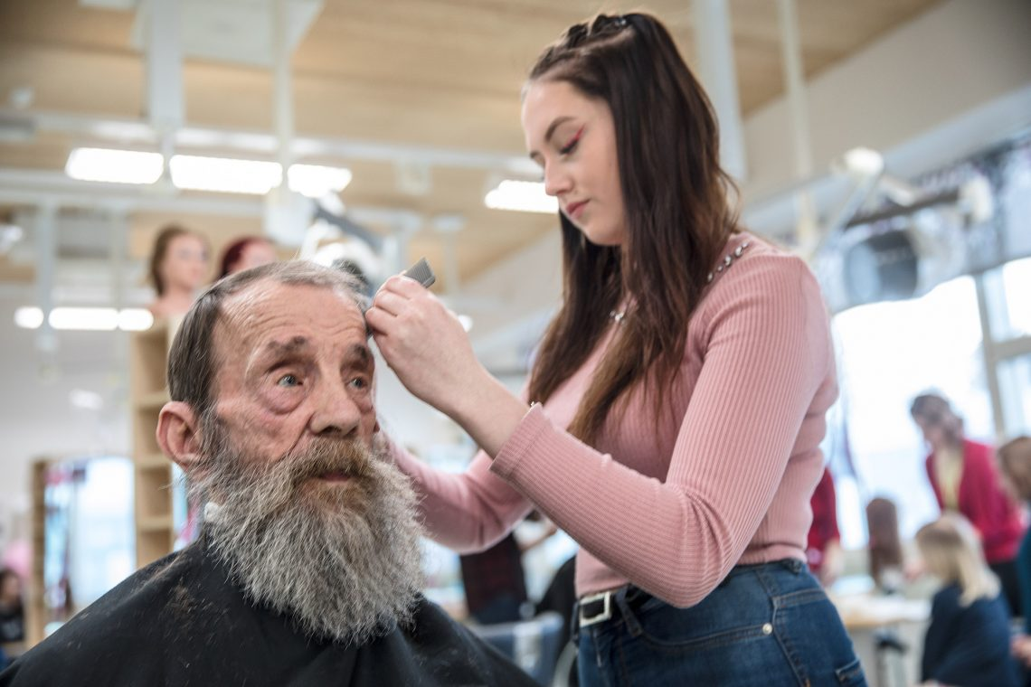 Jyri Karppinen on ollut ammattikoulun vakioasiakas 41 vuoden ajan. Tällä kertaa Jyrin hiukset leikkasi Nelli Nieminen.