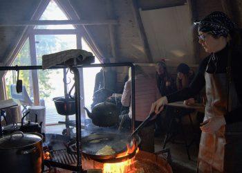 Elina Jaakkola paistoi lättyjä sekä keitti kahvia ja keittoa mittatilaustyönä tehdyssä tulisijassa.